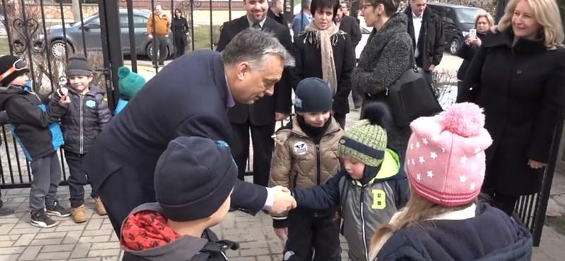 Orbán Viktor óvodásokkal fog kezet