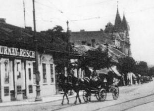Bérkocsi az István úton (háttérben a Városháza)